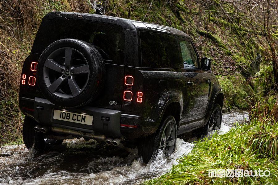 Vista posteriore Land Rover Defender V8 90 impegnato in un guado