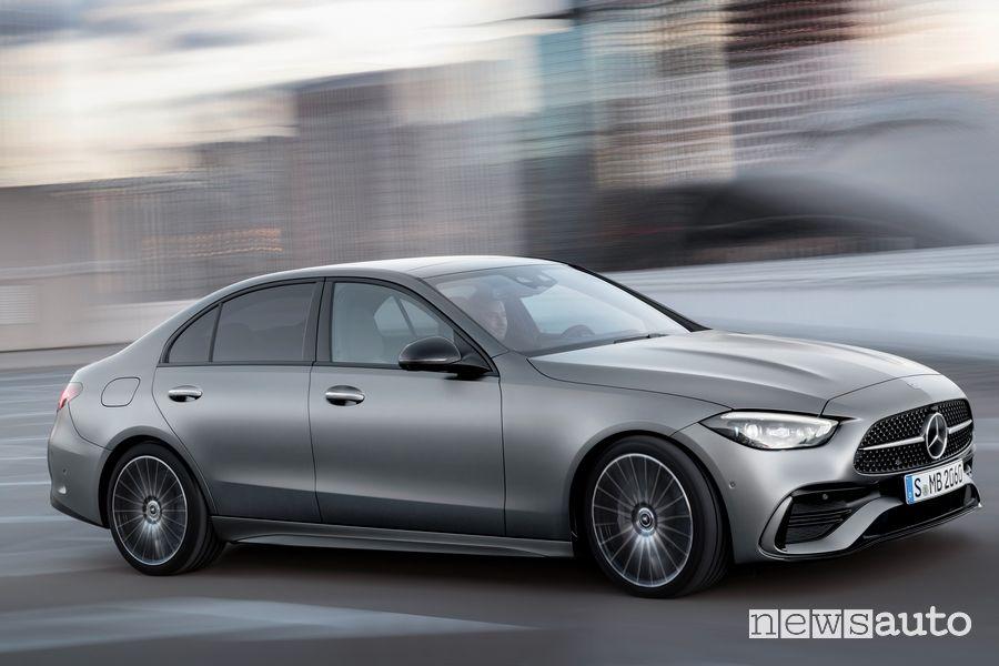 Vista di profilo nuova Mercedes-Benz Classe C su strada