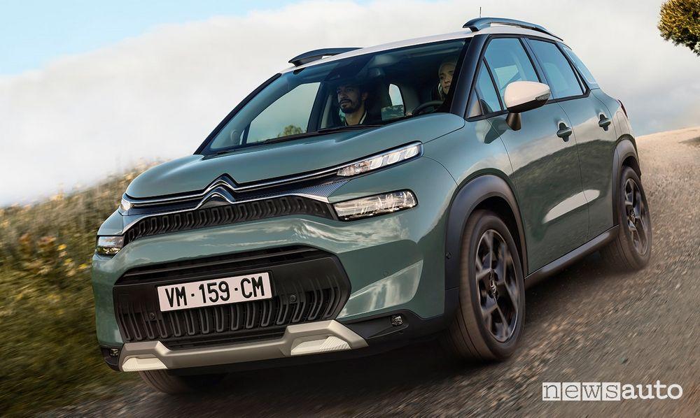 Vista di profilo nuovo Citroën C3 Aircross sullo sterrato