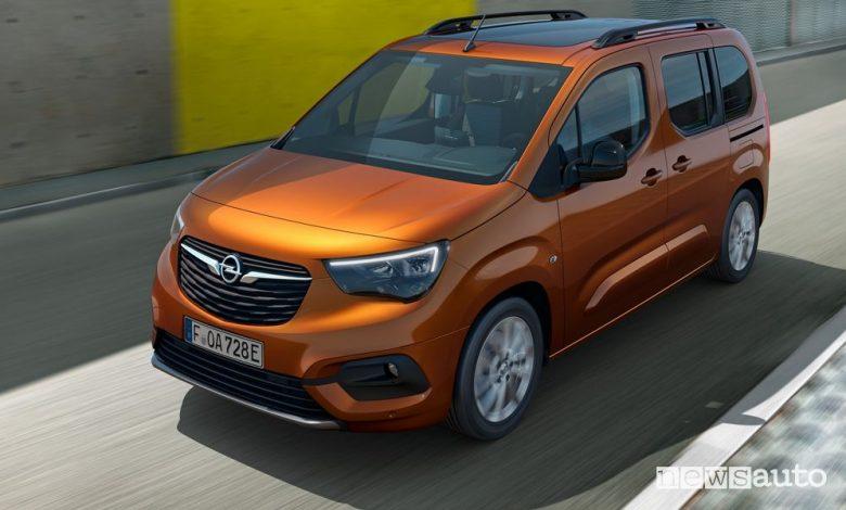 Vista di profilo Opel Combo-e Life su strada