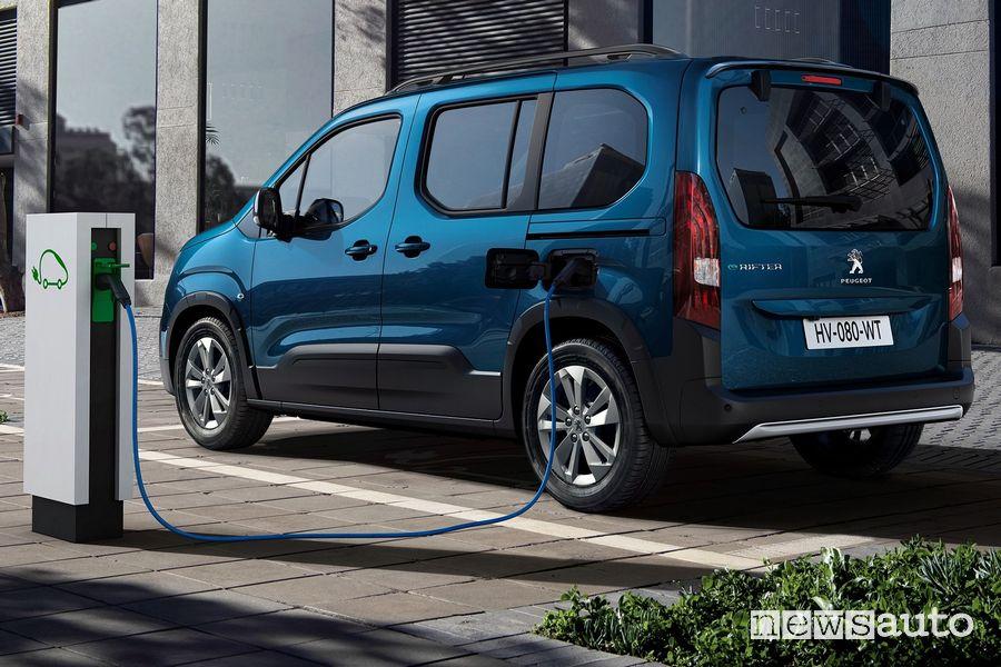 Peugeot e-Rifter elettrico in ricarica da una colonnina pubblica