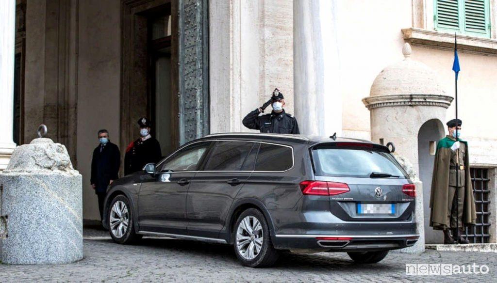 Mario Draghi arriva al Quirinale a bordo di un auto senza assicurazione, una Volkswagen Passat Alltrack.