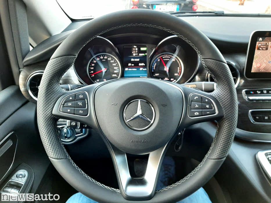 Il volante del Mercedes EQV in prova, cruscotto e plancia