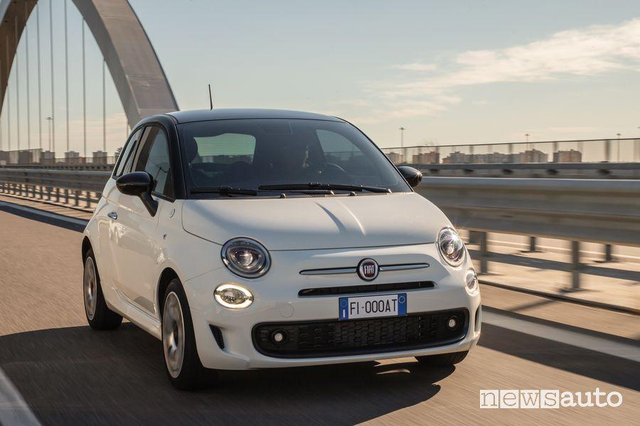 Vista di profilo Fiat 500 Hey Google su strada