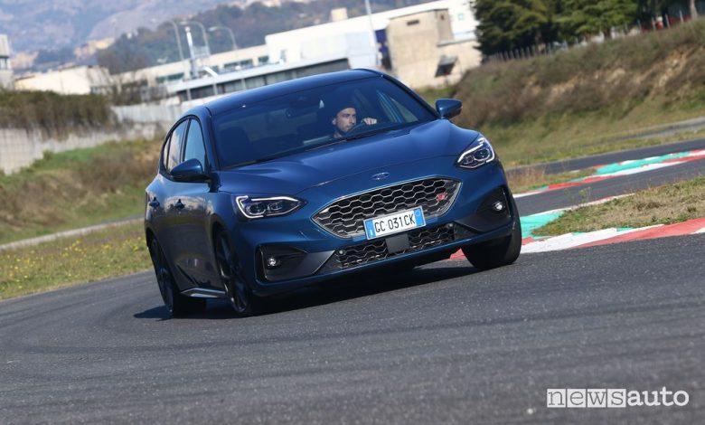 Vista anteriore Ford Focus ST in pista