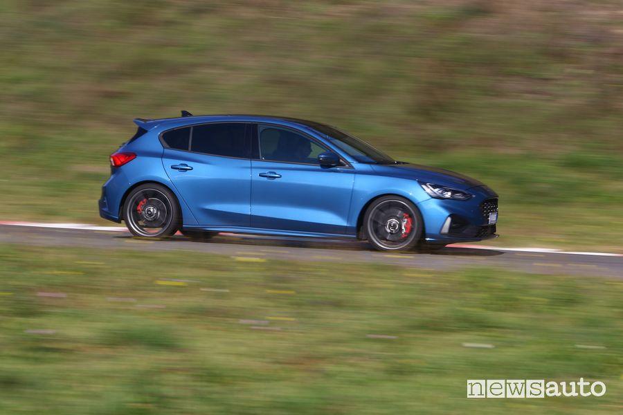 Vista laterale Ford Focus ST in pista