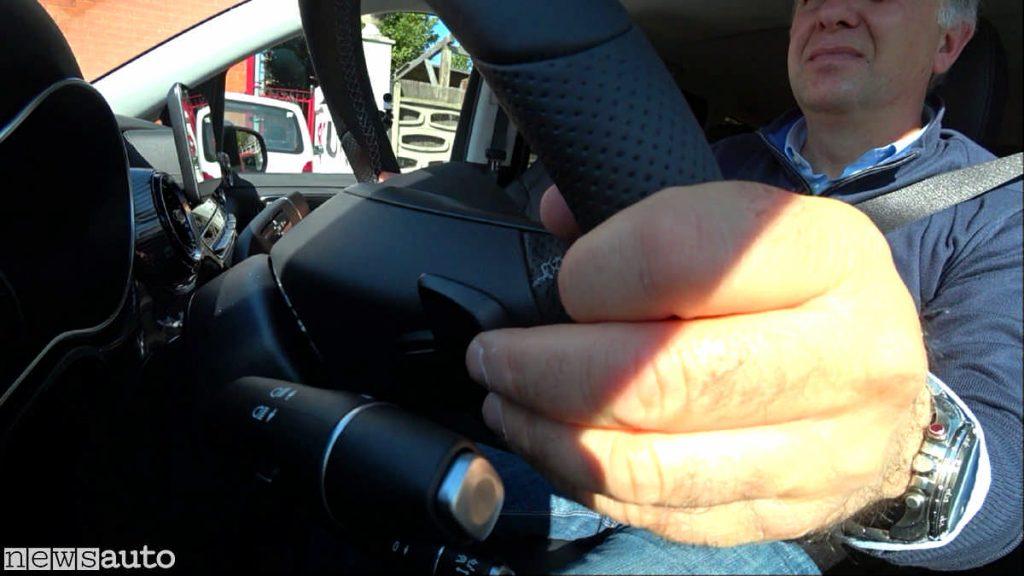 Dietro al volante ci sono le due palette a dx e sx per variare l'intensità della frenata rigenerativa