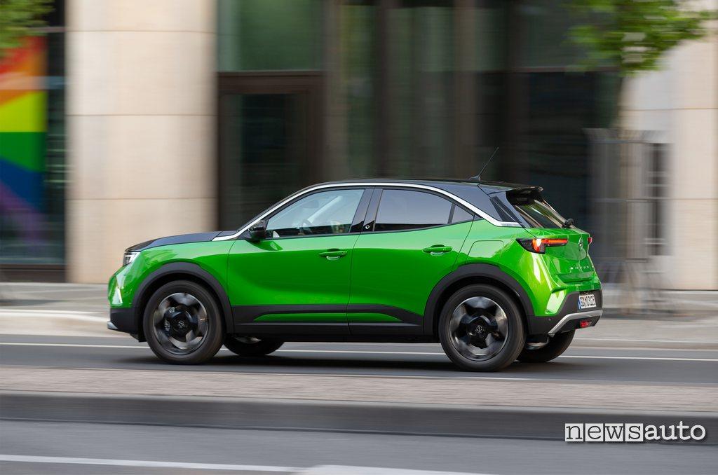 Fiancata Opel Mokka-e colore Mamba Green