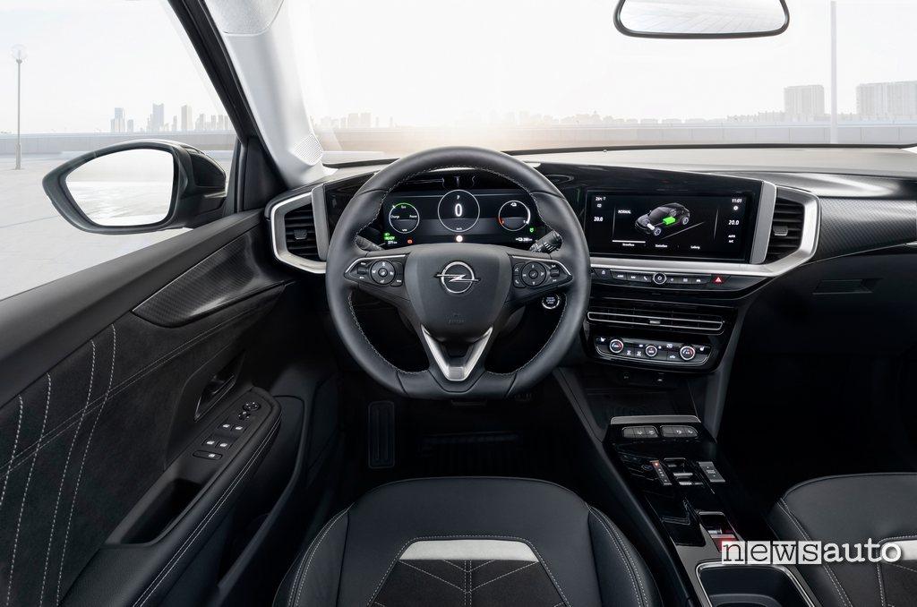 """Interni Opel Mokka-e con schermi da 12"""" dell'Opel Pure Panel"""