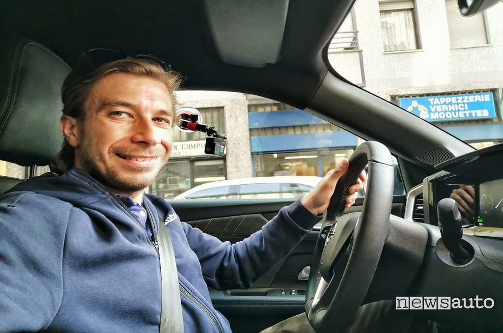 Prova su strada Opel Mokka-e con Marco Paternostro alla guida del suv elettrico opel