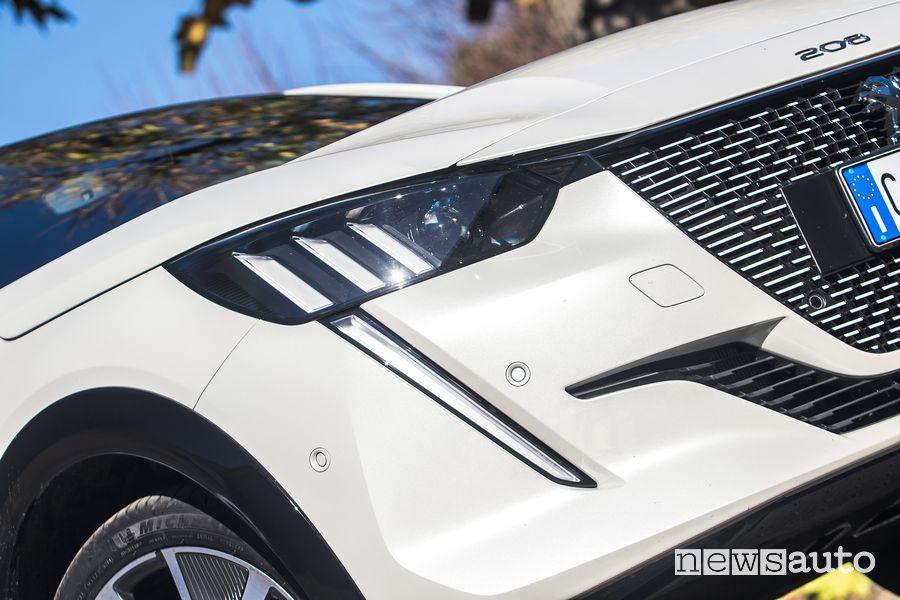 Faro anteriore firma luminosa ad artiglio Peugeot e-208 elettrica