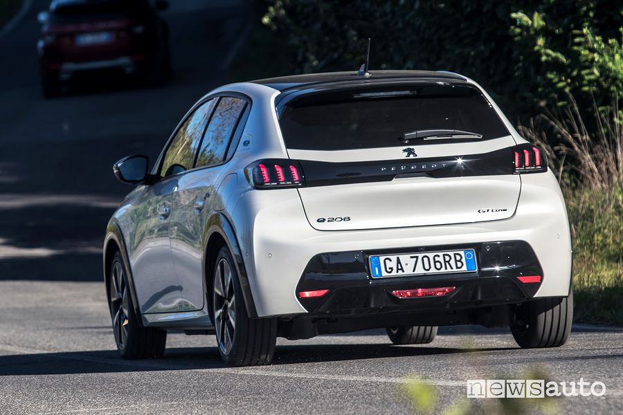 Vista posteriore Peugeot e-208 elettrica su strada