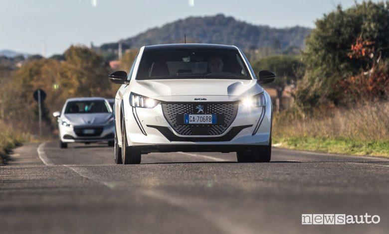 Vista anteriore Peugeot e-208 elettrica su strada
