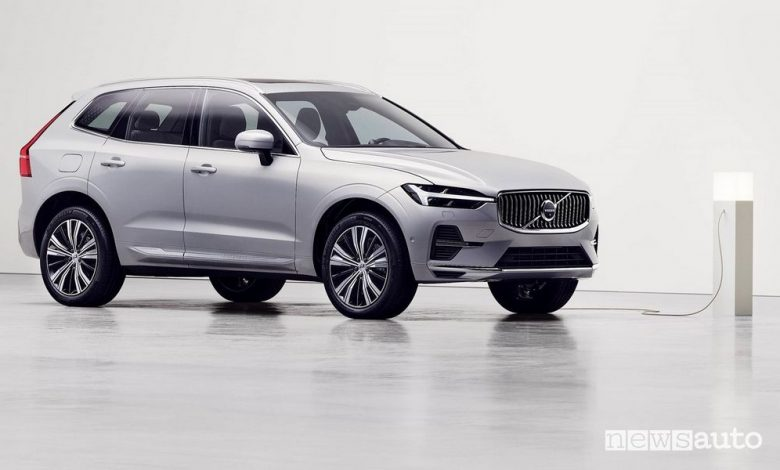 Volvo XC60 2022 ibrida plug-in in ricarica