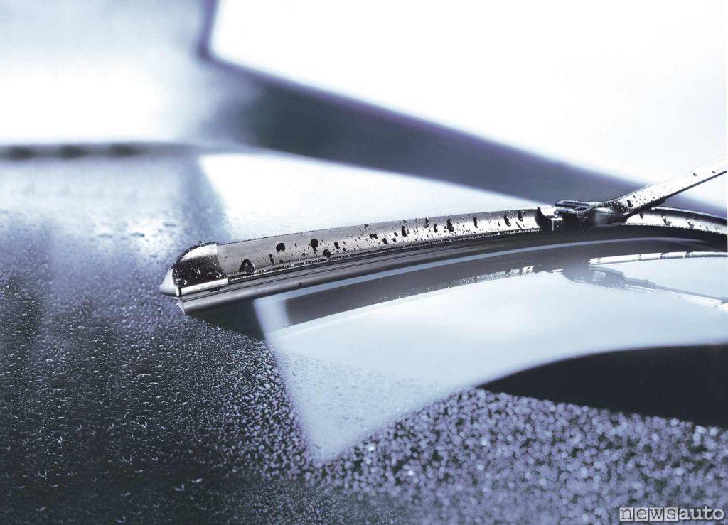 L'acqua è fondamentale per il lavaggio di vetri con le spazzole come il parabrezza anteriore