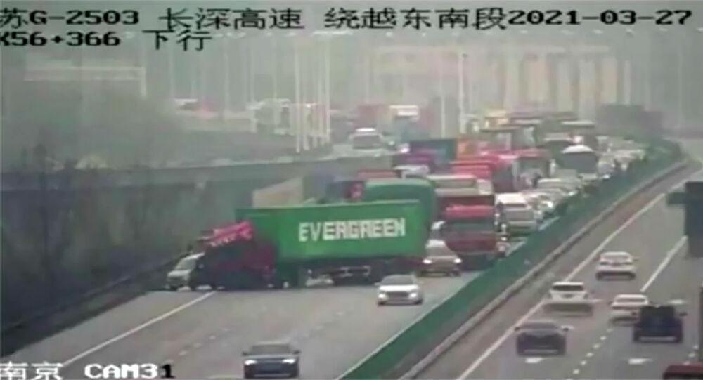 Camion porta container della Evergreen blocca traffico in cina alla circolazione dopo un altro incidente stradale.