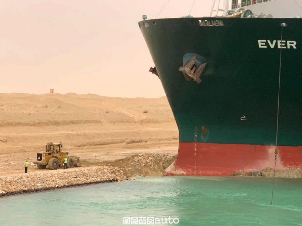 Mezzi di soccorso, una ruspa al lavoro per liberare la nava cargo Ever Given dell'Evergreen