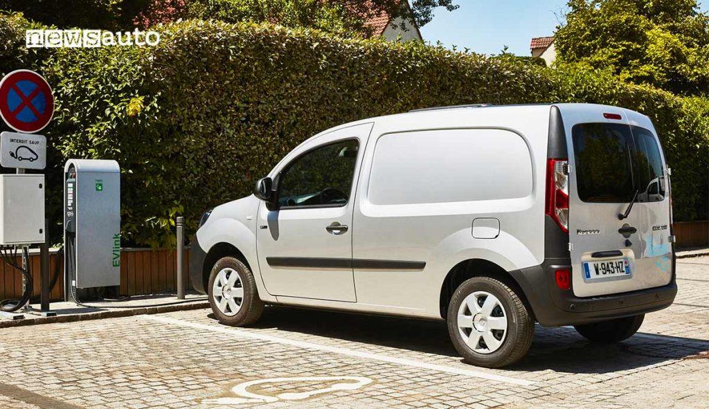 Renault Kangoo ZE elettrico davanti ad una colonnina di ricarica pubblica