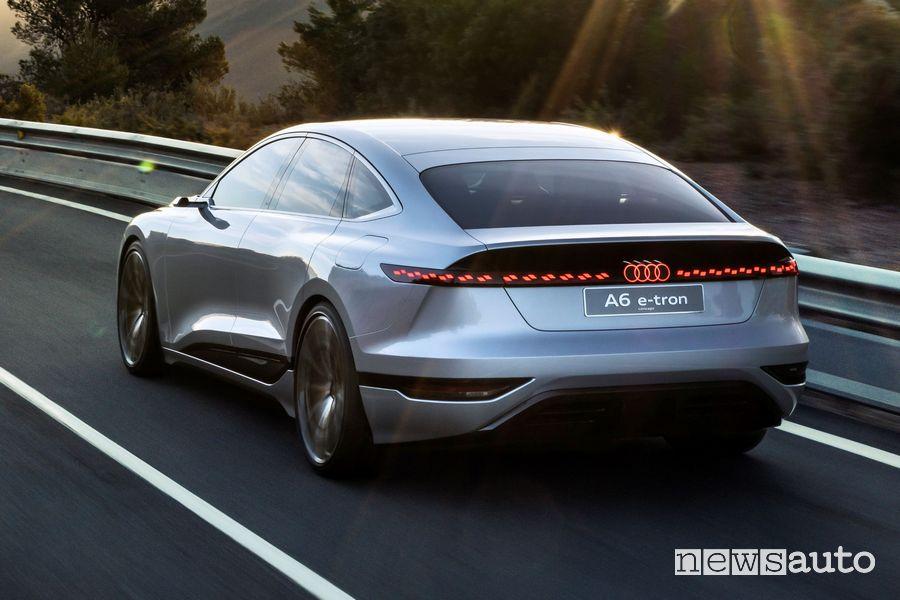 Vista posteriore Audi A6 e-tron concept in movimento