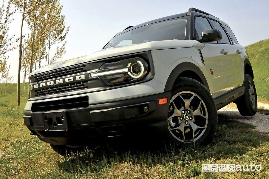 Vista di profilo Ford Bronco Sport