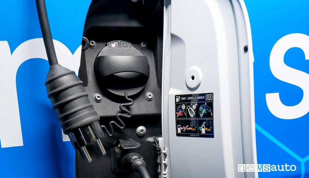 Presa di ricarica Combined Charging System dell'eSprinter furgone elettrico Mercedes-Benz