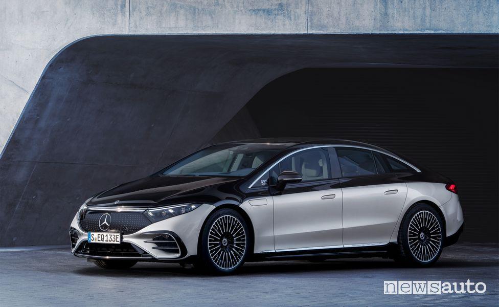 Vista di profilo Mercedes-EQ EQS 580 4MATIC elettrica