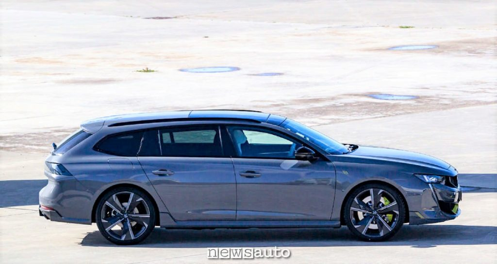 Vista laterale della Peugeot 508 PSE Sport Engineered in versione Station Wagon