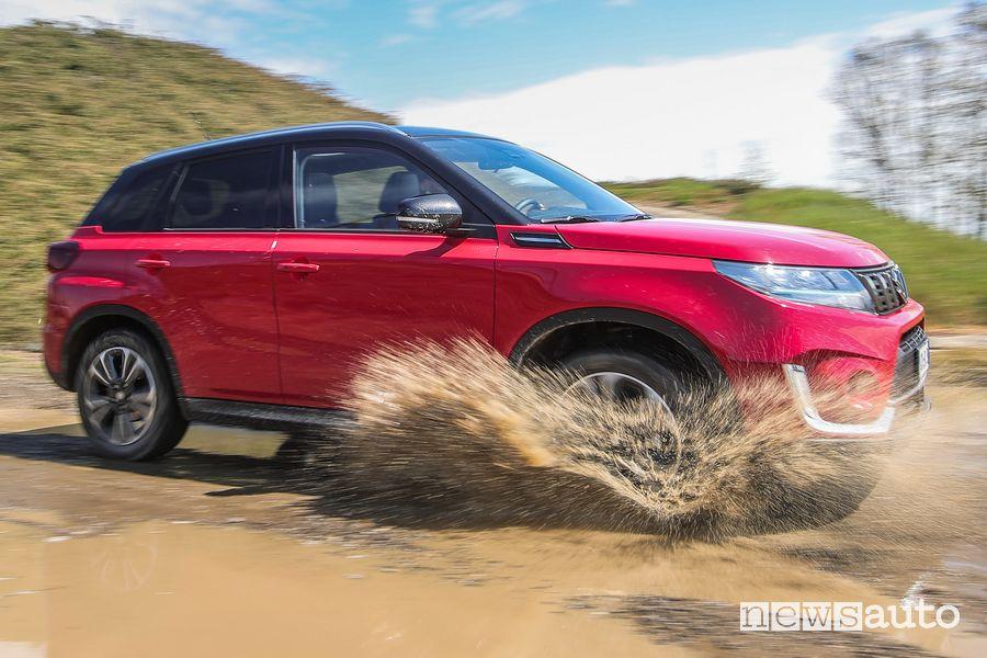 Vista laterale Suzuki Vitara Hybrid sul fango