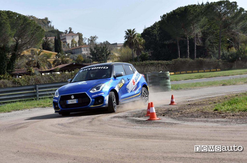 Suzuki Swift Sport Hybrid in curva al Rally Italia Talent 2021