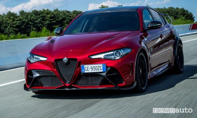 Vista di profilo Alfa Romeo Giulia GTAm Etna Red in pista
