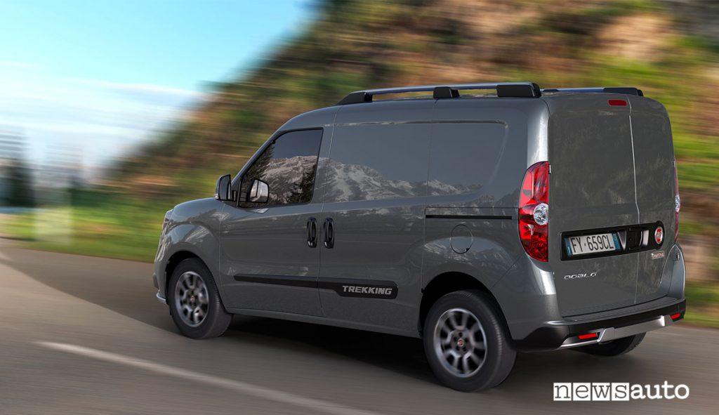 Retro del nuovo furgone medio Fiat Doblò Trekking Cargo