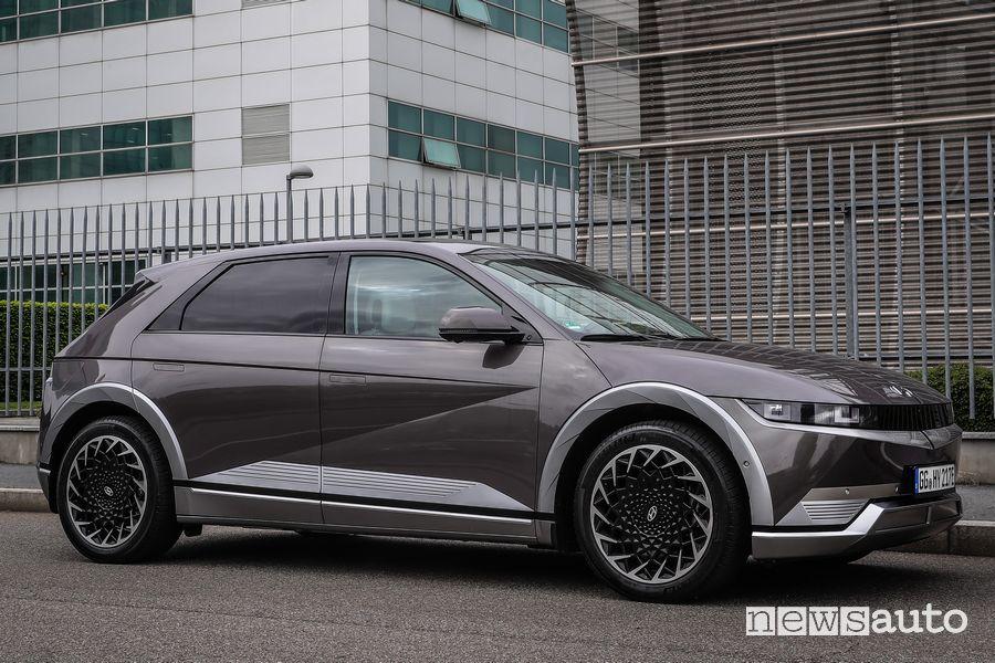 Vista di profilo nuova Hyundai Ioniq 5