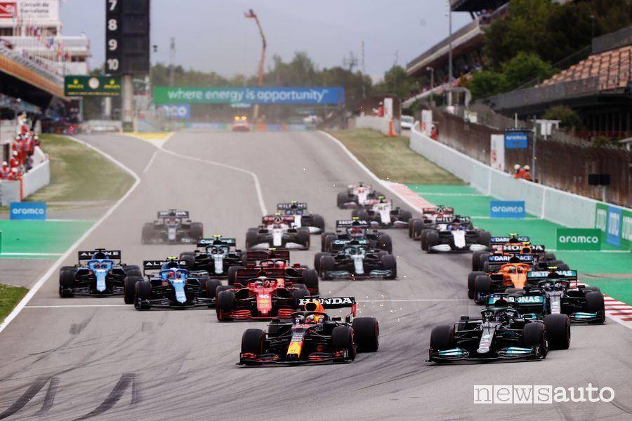Alla prima curva Verstappen ha sorpreso Hamilton che partiva dalla pole del Gp di Spagna 2021