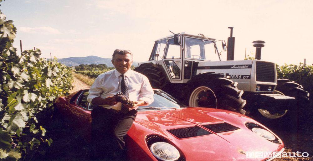 Ferruccio Lamborghini nella sua tenuta umbra con la sportiva Miura ed un trattore