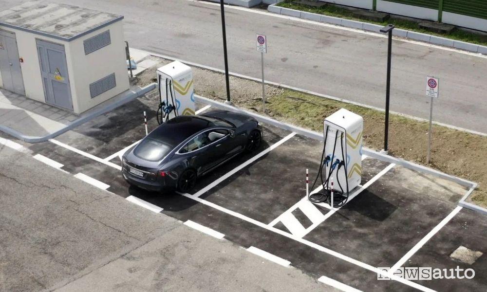 Le stazioni ultrafast in Autostrada ricaricano fino a 300 kW