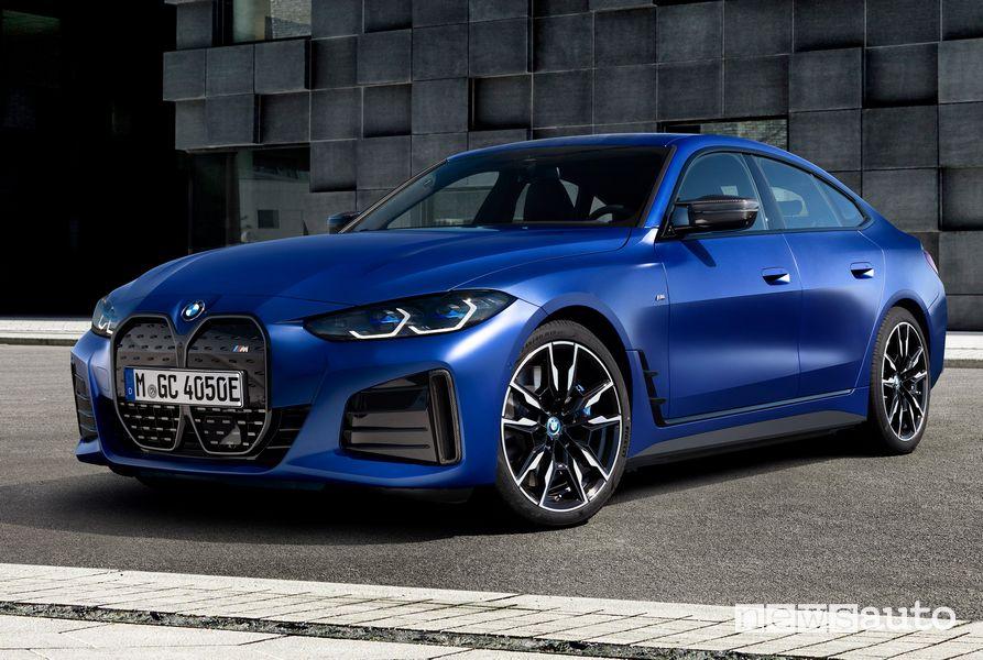 Vista di profilo BMW i4 M50 elettrica sportiva