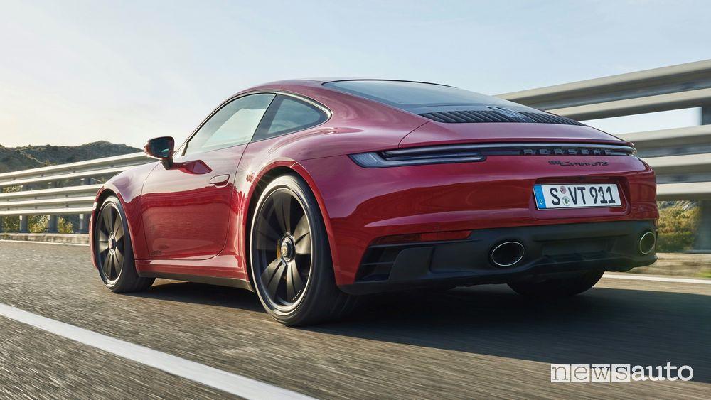 Vista posteriore nuova Porsche 911 Carrera GTS su strada