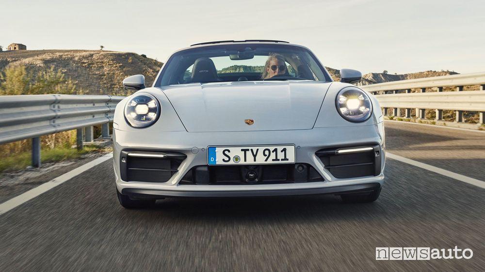 Vista frontale nuova Porsche 911 Targa GTS su strada
