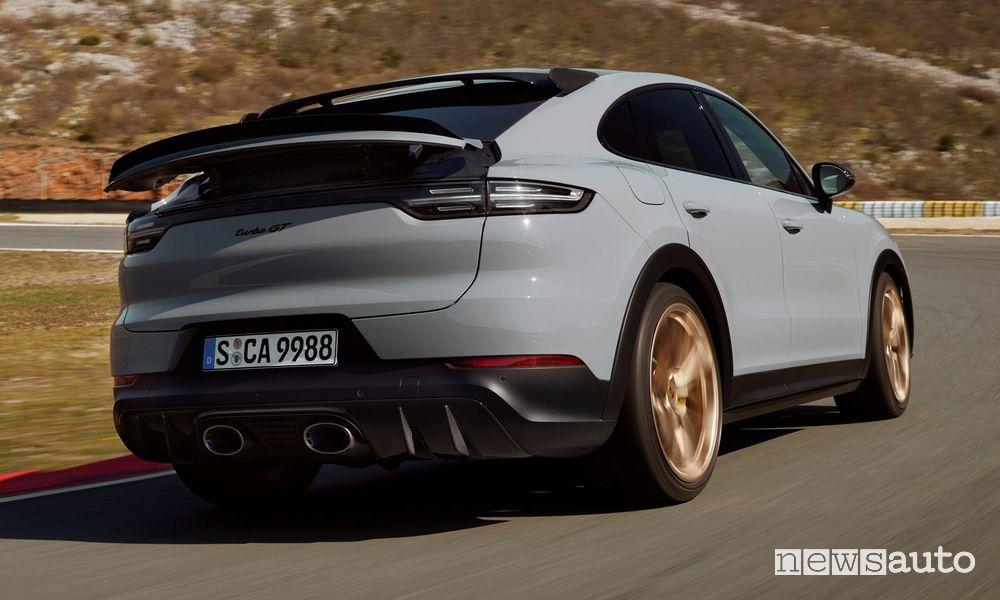 Vista posteriore nuova Porsche Cayenne Turbo GT in pista