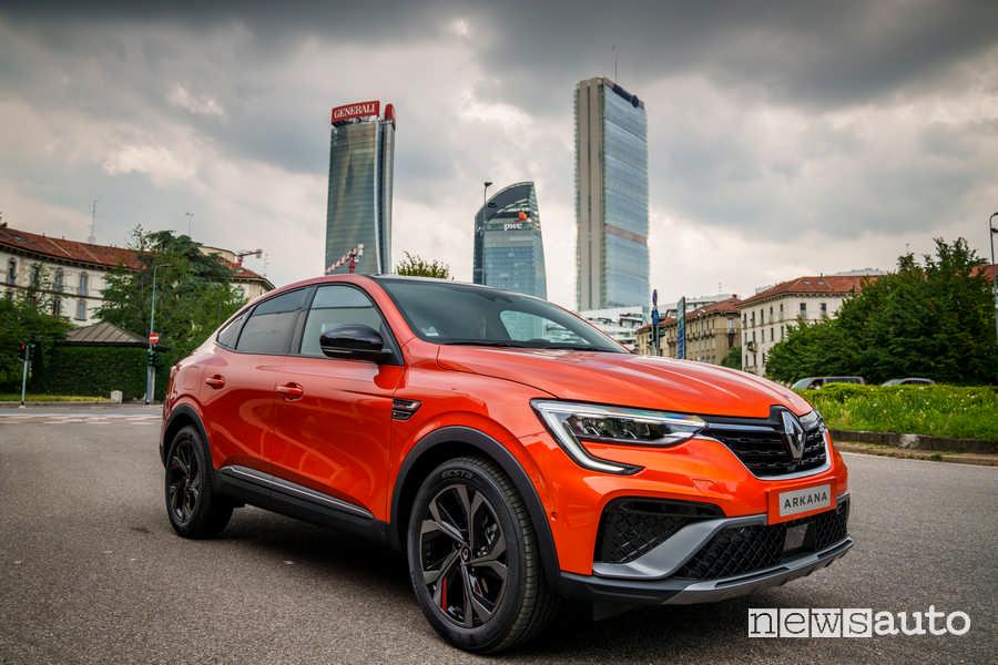 Vista di profilo su strada Renault Arkana E-TECH
