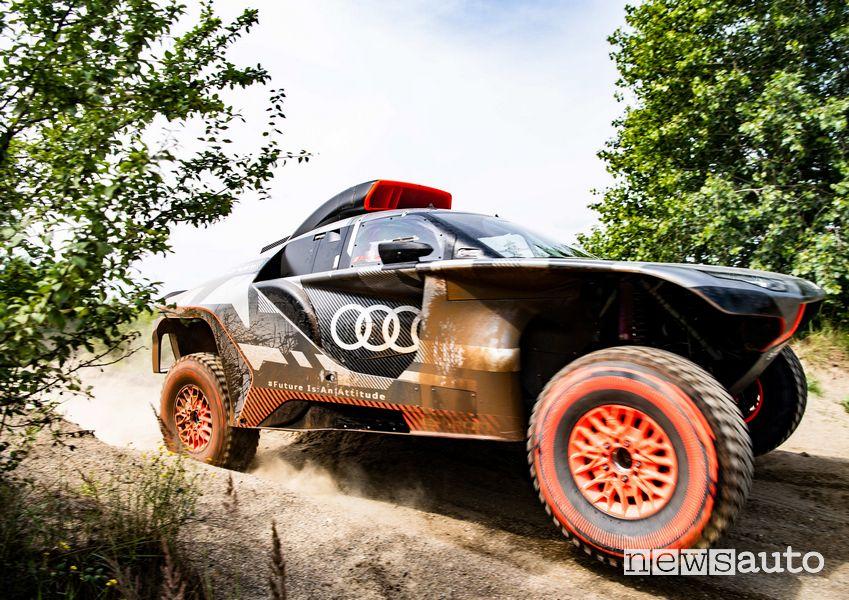 Vista di profilo Audi RS Q e-tron in azione