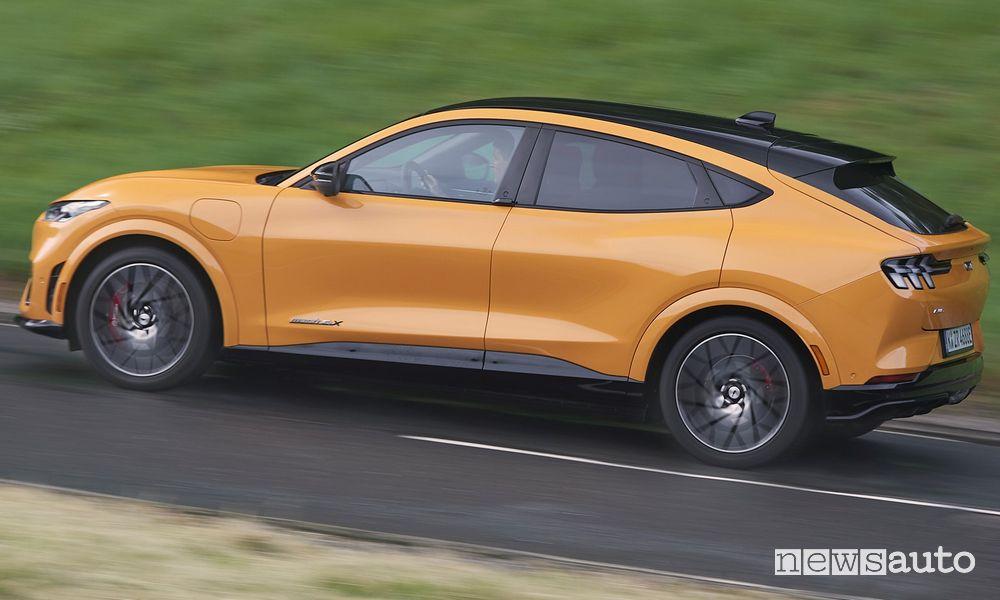Vista laterale Ford Mustang Mach-E GT su strada