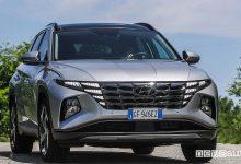 Vista anteriore nuova Hyundai Tucson Plug-in Hybrid su strada