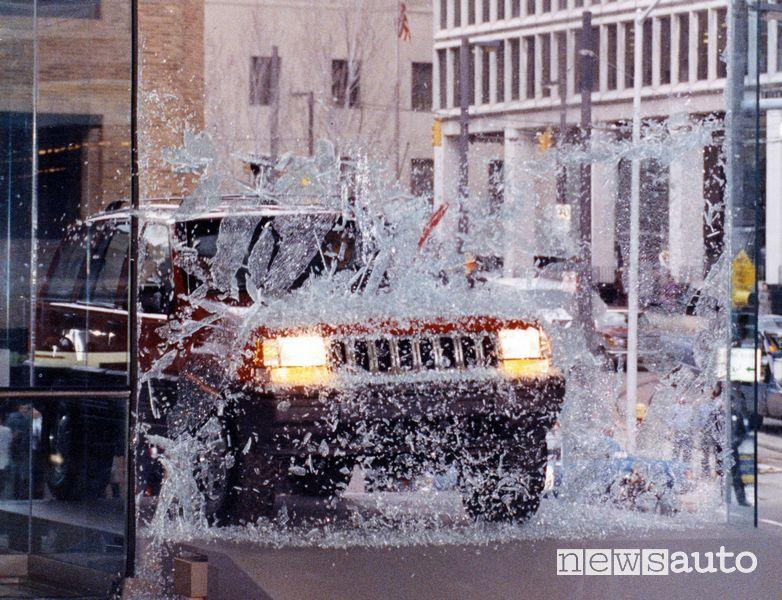 Jeep Grand Cherokee sfonda la vetrata al Salone di Detroit 1992