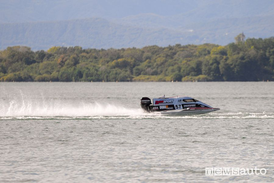 L'imbarcazione da competizione del Rainbow Team di Fabrizio Bocca con DIMSPORT