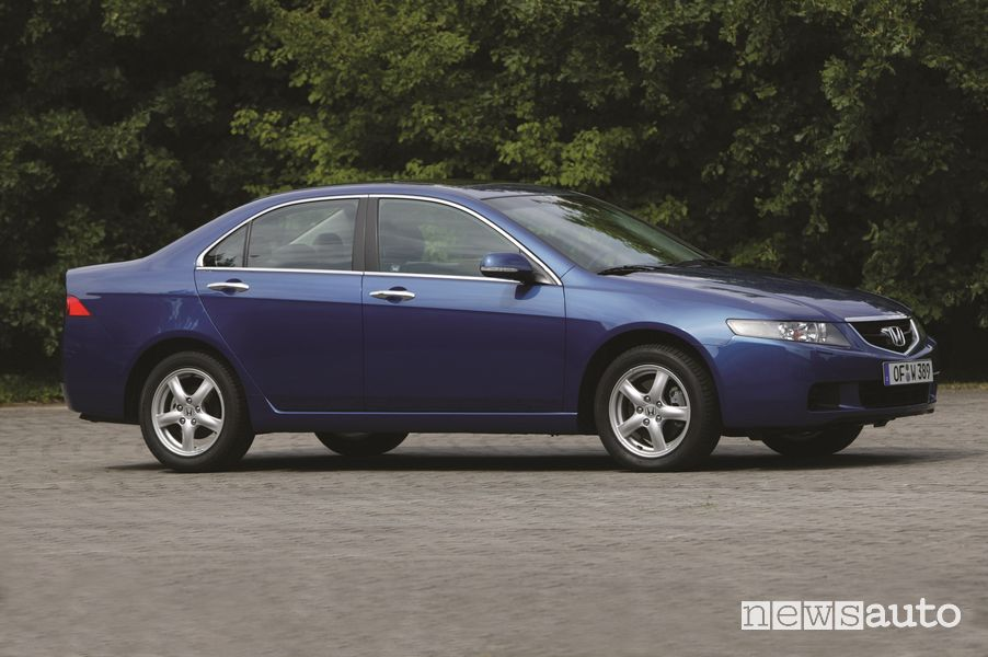 Vista di profilo Honda Accord 2.2 i-CTDi del 2004