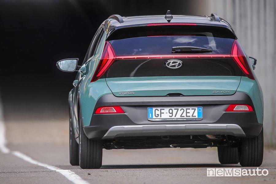 Vista posteriore nuova Hyundai Bayon su strada