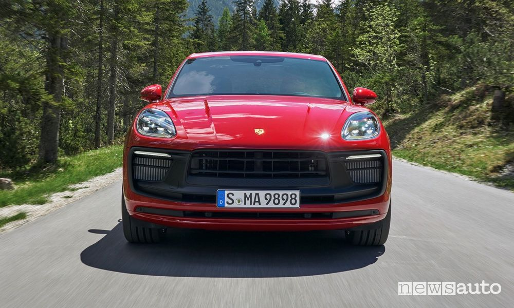 Vista anteriore Porsche Macan GTS rossa su strada