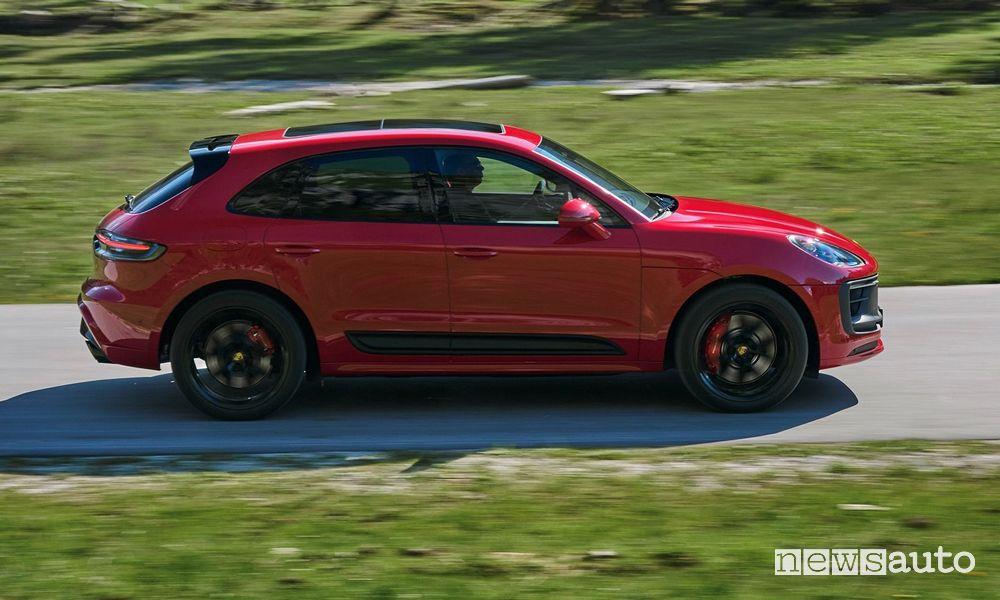 Vista laterale Porsche Macan GTS rossa su strada