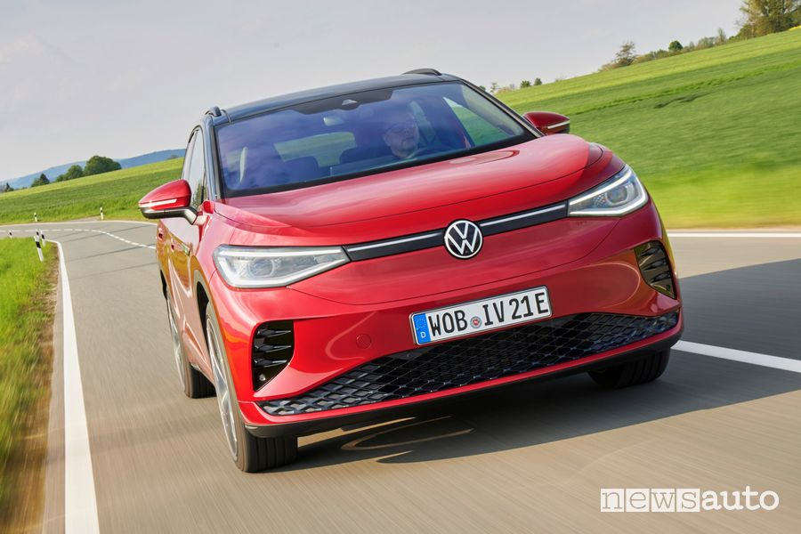 Vista anteriore Volkswagen ID.4 GTX su strada